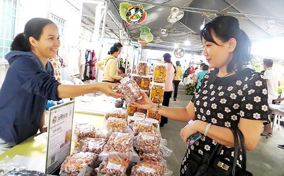 Khách chọn mua hàng tại một phiên chợ hàng tết đang diễn ra ở quận 1, TPHCM