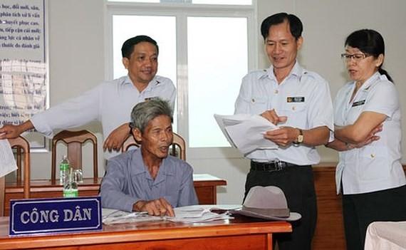 Cán bộ Thanh tra Chính phủ cùng Thanh tra tỉnh An Giang tiếp người khiếu kiện tại Trụ sở tiếp công dân
