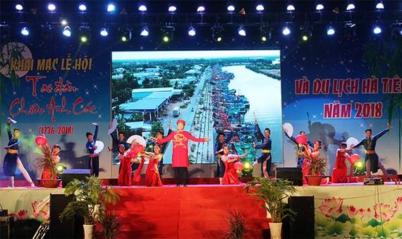 Chương trình nghệ thuật khai mạc lễ hội sẽ thu hút đông người dân về tham dự và thả hoa đăng. Ảnh: Tin tức miền Tây