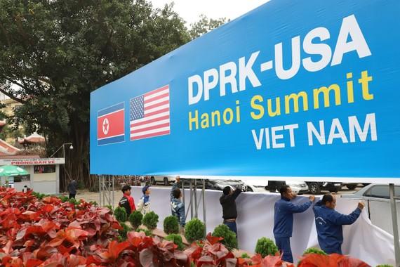 Lắp đặt pano chào mừng Hội nghị Thượng đỉnh Mỹ - Triều Tiên