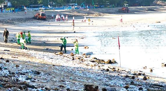 Dọn sạch rác thải ở đảo Sumatra