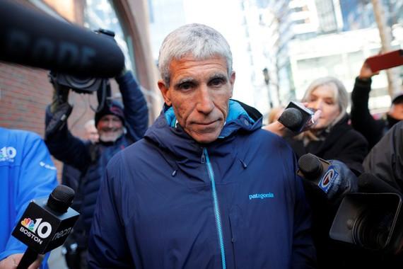 """William """"Rick"""" Singer rời tòa án liên bang sau phiên xử án ngày 12-3 ở Boston, Massachusetts, Mỹ - Ảnh: REUTERS"""
