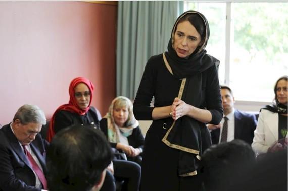 Thủ tướng New Zealand Jacinda Ardern gặp các đại diện cộng đồng Hồi giáo tại trung tâm tị nạn Canterbury ở Christchurch ngày 16-3-2019. Ảnh do Văn phòng Chính phủ New Zealand công bố