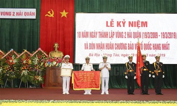 Chuẩn Đô đốc Phạm Văn Vững trao Huân chương Bảo vệ Tổ quốc hạng Nhất và tặng bức trướng truyền thống của Bộ Tư lệnh Hải quân cho Vùng 2 Hải quân. Ảnh: hcmcpv