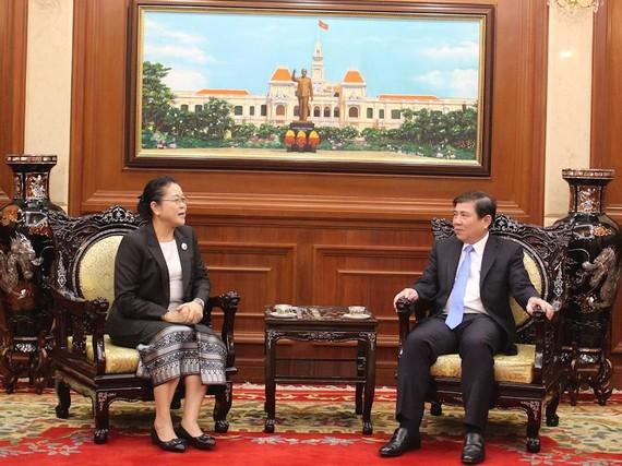 Chủ tịch UBND TPHCM Nguyễn Thành Phong tiếp tân Tổng Lãnh sự Lào tại TPHCM Phimpha Kcomixay đến chào nhân nhận nhiệm kỳ mới. Ảnh: hcmcpv