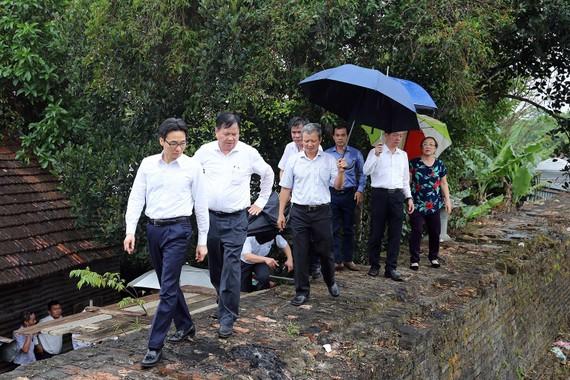 Phó Thủ tướng Vũ Đức Đam thăm các hộ dân đang sống tạm trên tường thành thuộc khu vực 1 di tích Kinh thành Huế. Ảnh: VGP