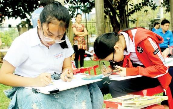 Học sinh Bình Định vẽ tranh hưởng ứng Ngày thế giới nâng cao nhận thức và phòng chống bom mìn