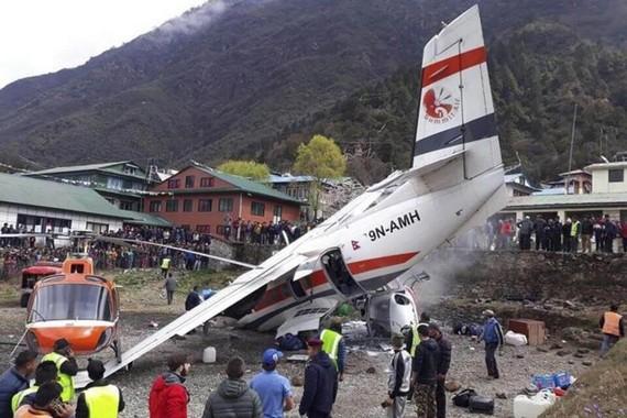 Hiện trường tai nạn máy bay của hãng Summit Air đâm vào trực thăng tại sân bay Tenzing Hillary ở Lukla, Nepal, ngày 14-4-2019. Ảnh: EPA-EFE