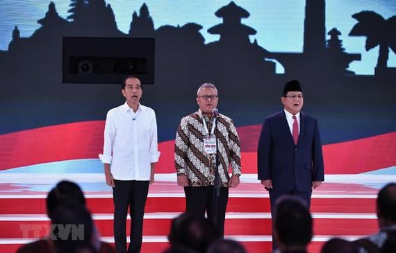 Tổng thống đương nhiệm Indonesia Joko Widodo (trái) và ông Prabowo Subianto (phải) tại cuộc tranh luận ở Jakarta ngày17-2.