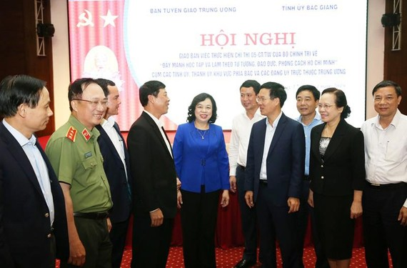 Các đồng chí lãnh đạo trao đổi bên lề hội nghị . Ảnh: Đảng Cộng sản