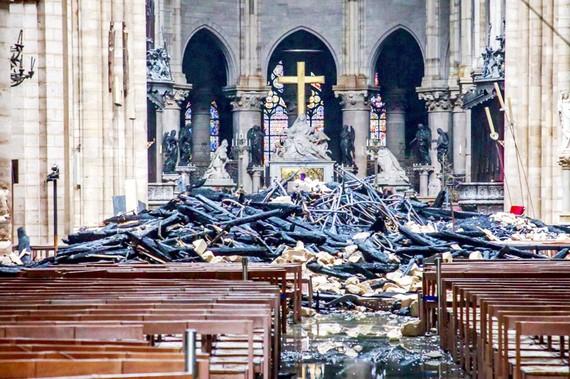 Một phần mái nhà thờ đổ sập vào bên trong  (Ảnh: AP)