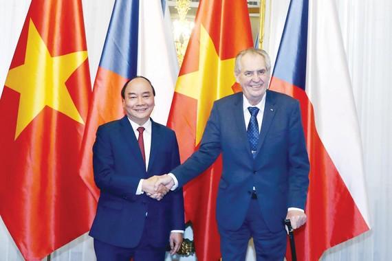 Thủ tướng Nguyễn Xuân Phúc hội kiến Tổng thống CH Czech Milos Zeman. Ảnh: TTXVN