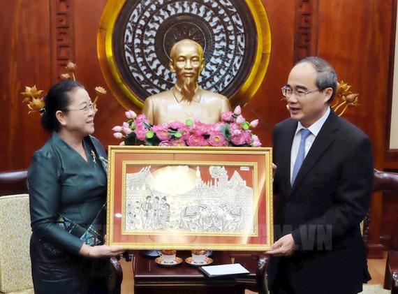 Tân Tổng lãnh sự CHDC Nhân dân Lào tại TPHCM Phimpha Keomixay tặng quà cho Bí thư Thành ủy Nguyễn Thiện Nhân. Ảnh: hcmcpv