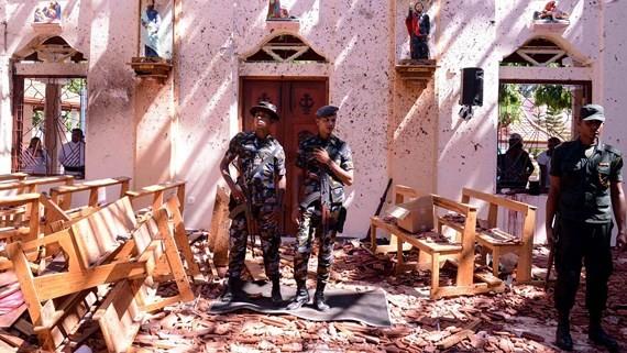Cảnh sát Sri Lanka bên trong nhà thờ Sebastian tại Katuwapitiya ở Negombo. Ảnh: Getty Images