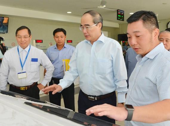 Bí thư Thành ủy TPHCM Nguyễn Thiện Nhân tìm hiểu hoạt động cải cách hành chính tại UBND quận 12. Ảnh: VIỆT DŨNG