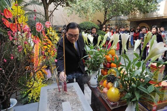 Lãnh đạo Thành phố Hà Nội dâng hương tưởng niệm cố Tổng Bí thư Trần Phú. Ảnh: Đảng Cộng sản