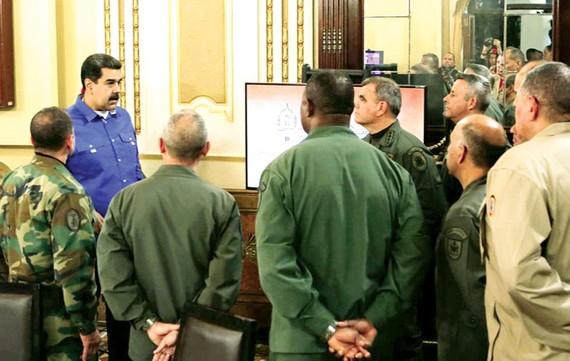 Tổng thống Nicolas Maduro (bìa trái) trao đổi với các tướng lĩnh cấp cao quân đội Venezuela tại thủ đô Caracas