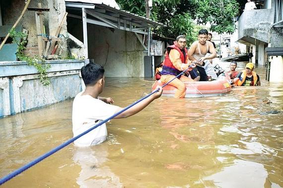 Người dân được sơ tán khỏi khu vực lũ lụt ở Jakarta, Indonesia. Ảnh Reuters