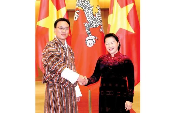 Chủ tịch Quốc hội Nguyễn Thị Kim Ngân đón Chủ tịch Thượng viện Vương quốc Bhutan Tashi Dorji. Ảnh: TTXVN