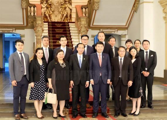 Đồng chí Lê Thanh Liêm , Phó Chủ tịch Thường trực UBND TPHCM chụp ảnh cùng ông Chee Hong Tat và đoàn công tác. Ảnh: hcmcpv