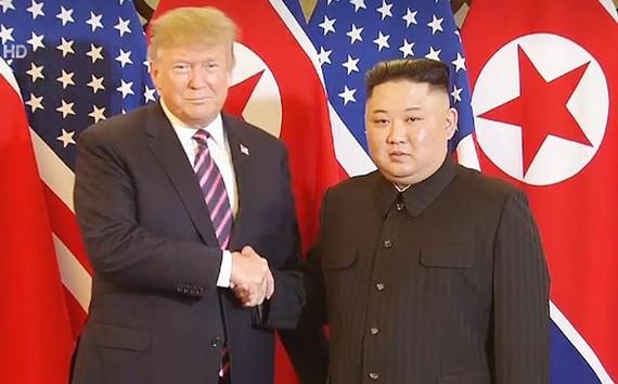 Tổng thống Donald Trump và Chủ tịch Kim Jong-un bắt tay tại Hà Nội ở Hội nghị Thượng đỉnh Mỹ - Triều Tiên lần 2.