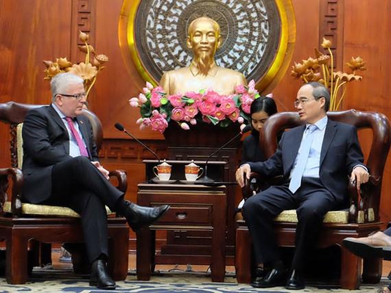 Đồng chí Nguyễn Thiện Nhân tiếp ông Craig Chittick, Đại sứ Đặc mệnh toàn quyền Australia tại Việt Nam. Ảnh: VOH