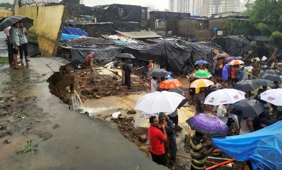 Hiện trường vụ sập tường tại khu vực Pimpripada