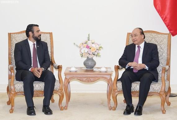 Thủ tướng Nguyễn Xuân Phúc và Đại sứ Panama Servio S. Samudio. Ảnh: VGP