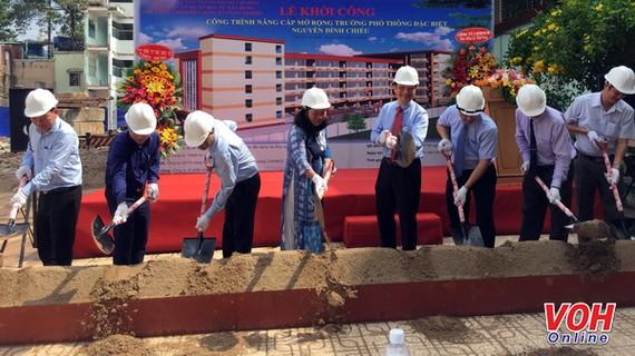 Nghi thức khởi công công trình nâng cấp mở rộng Trường phổ thông đặc biệt Nguyễn Đình Chiểu. Ảnh: VOH
