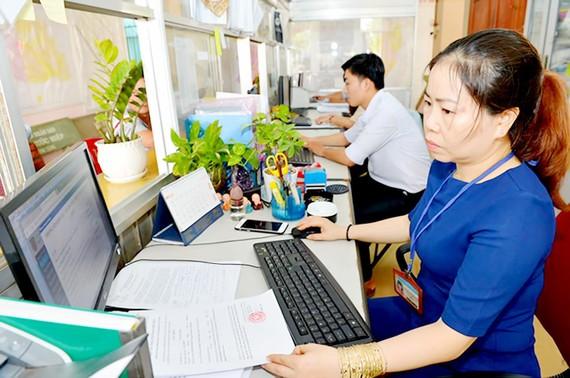 Công chức nhận lương, khen thưởng theo năng suất lao động