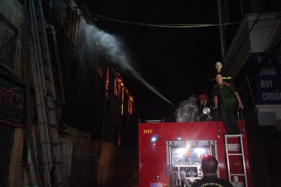Các chiến sĩ cứu hỏa làm nhiệm vụ trong vụ cháy Công ty cổ phần Bóng đèn phích nước Rạng Đông