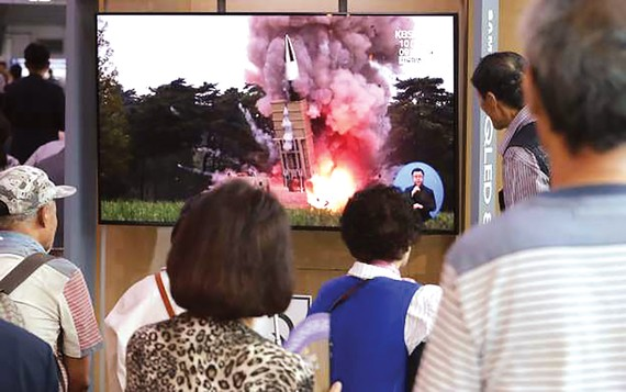 Người dân Hàn Quốc theo dõi tin tức về vụ phóng của Triều Tiên ngày 10-9. Ảnh: AP