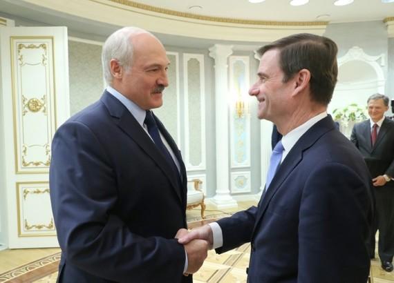 Thứ trưởng Ngoại giao Mỹ David Hale (phải) trong cuộc gặp với Tổng thống Belarus Alexander Lukashenko tại Minks, ngày 17-9