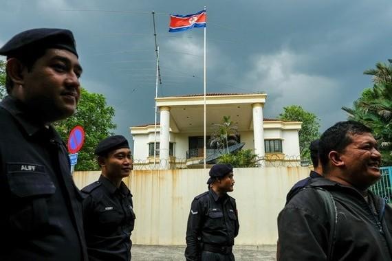 Malaysian police guard in front of the DPRK Embassy in Kuala Lumpur (Photo: theatlantic.com)