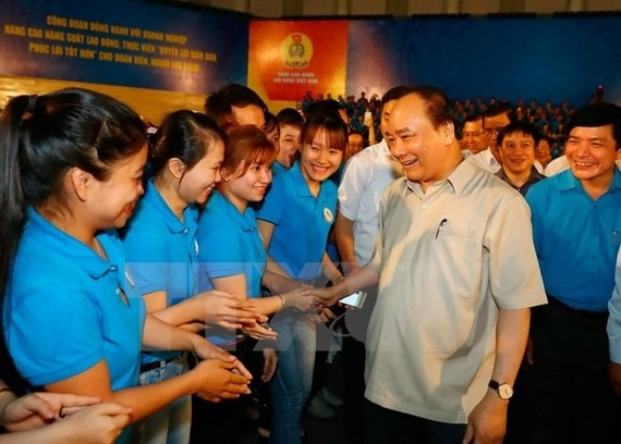 Prime Minister Nguyen Xuan Phuc meets with workers in the central region (Source: VNA)