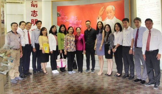 The delegation members pose at Guangdong Museum of Revolutionary History