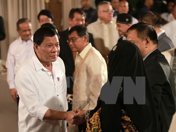 Philippine President Rodrigo Duterte (L) at the Eid al-Fitr in Manila (Source: Xinhua/VNA)