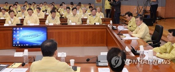 President Moon Jae-in (second from R) speaks in a policy briefing session held at the government complex in Seoul on Aug. 23, 2017, involving ministers and officials from the foreign and unification ministries. (Yonhap)