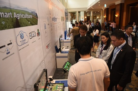 Visitors stand before VNPT's presentation stall during the 2017 Việt Nam ICT Investment Forum in Hà Nội. — Photo xahoithongtin.com.vn