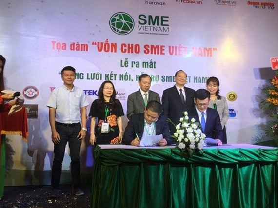 At the launching ceremony of SME Vietnam Network held on Saturday, the network signed an agreement with United Overseas Bank Limited. —VNS Photo Gia Lộc
