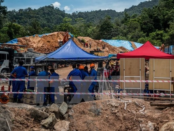 Local authorities search for victims of the landslide (Photo: AFP/VNA)