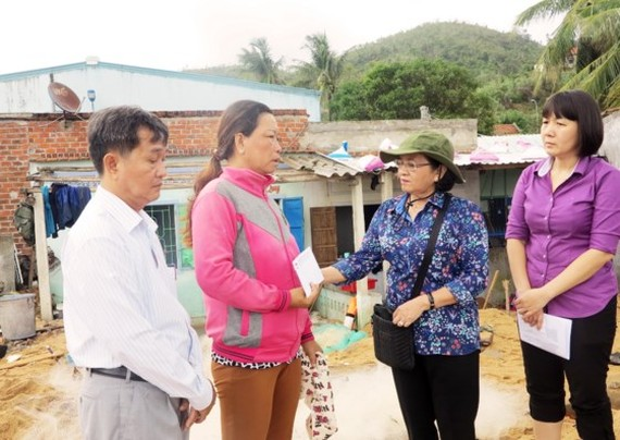 MS.Thu gives gifts to local people