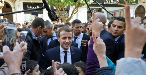 French President Emmanuel Macron greets children in the streets of Algiers on Wednesday. — AFP/VNA Photo
