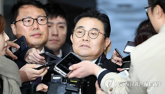 Jun Byung-hu, a former senior secretary to President Moon Jae-in, speaks to reporters after arriving at the Seoul Central District Court for arraignment on Dec. 12. (Yonhap)