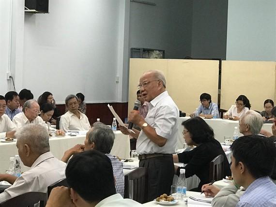Đồng Văn Khiêm, a member of the Việt Nam Fatherland Front Committee's Advisory Council, debates the effectiveness of a plan to use tollbooths to ease traffic congestion in central HCM City. – VNA/VNS Photo Việt Dũng