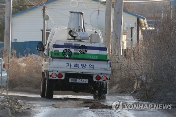 A truck is disinfecting a chicken farm in Pocheon, 45 kilometers north of Seoul, on Jan. 3, 2018, after it reported a suspected case of avian influenza. (Yonhap)