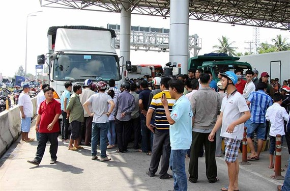 A new regime of exemptions and a 50 per cent fee reduction for commercial vehicles registered in a nearby ward will be applied at the controversial Cần Thơ-Phụng Hiệp toll booth from January 20. – Photo vietnamnet.vn