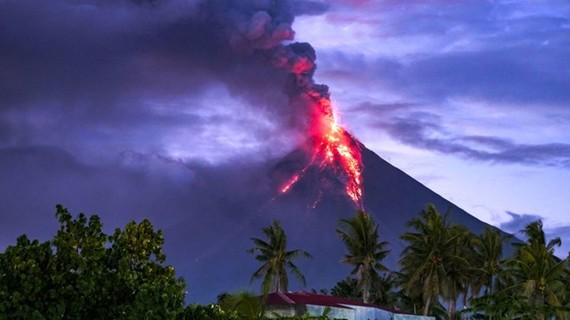 Mount Mayon erupted with ash plumes of up to 5 kilometers (3 miles) above the crater on January 24 (Photo: VNA)