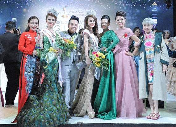 Hoang Ny (second from left) becomes Mrs.International Global Ambassador 2018
