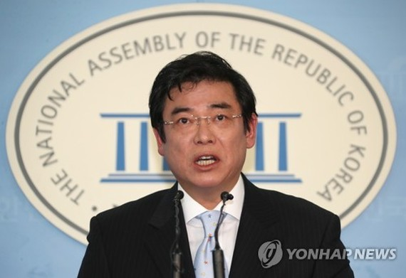 This photo, taken March 11, 2018, shows Hong Ji-man, the spokesman of the main opposition Liberty Korea Party, speaking during a press conference at the National Assembly in Seoul. (Yonhap)